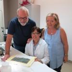 Il Prof. Carmine Ampolo, la restauratrice del Museo di Monasterace Villalba Mazzà e la Prof.ssa M. Cecilia Parra al lavoro sull'iscrizione.