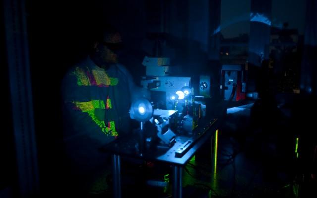Un nuovo approccio nella microscopia realizzato da IIT, CNR e SNS permette l'osservazione di dettagli biologici mai visti prima. Il metodo – con cui sono state messe a fuoco le particelle virali del virus dell'epatite B - apre nuove frontiere con applicazioni in campo diagnostico di alta precisione misurando, oltre alle immagini, le dinamiche di singole proteine e macromolecole