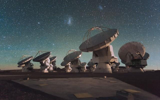 Un team di astronomi, tra cui Andrea Ferrara della Scuola Normale, ha studiato grazie ai dati di ALMA la tenue radiazione emessa dal carbonio ionizzato all'interno delle nubi di gas in cui avviene la formazione delle prime stelle. L'articolo sul Monthly Notices of the Royal Academical Society.