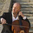 """Tornano """"I Concerti della Normale"""" con una serata dedicata al violoncello e a uno dei suoi più talentuosi interpreti, Enrico Dindo. Il musicista torinese sarà al Teatro Verdi di Pisa martedì 14 novembre, a partire dalle ore 21, per eseguire le Suites numero 1, 2 e 3 per violoncello solo di Bach e il Lamento per violoncello solo di Silvia Colasanti."""
