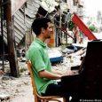 """Il 22 dicembre alle 16.30 al Teatro Verdi il concerto di un pianista diventato famoso per aver reagito alla violenza della guerra portando il suo pianoforte per le strade, tra le macerie, e suonando le sue composizioni, elevando la musica ad arma contro il terrore. In tour in Italia con i brani dell'album """"Music for Hope"""", che racconta il dramma della guerra in Siria."""